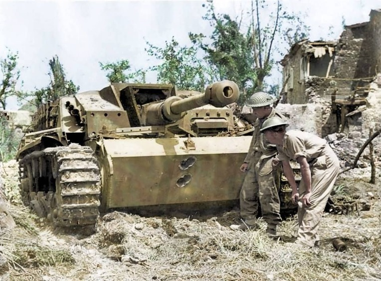 독일군 3호 돌격포 격파시킨 영국군 피아트 대전차 유탄 발사기 사수 - German Stug 3 Assault Gun striked by British Army PIAT Gunner